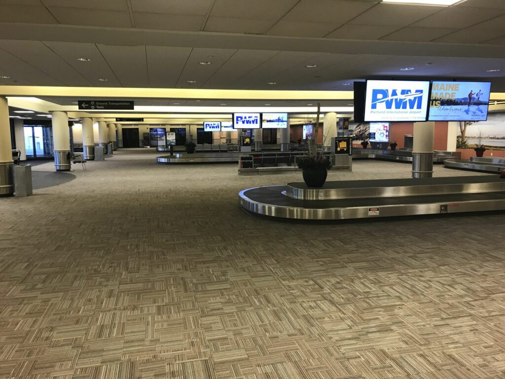 baggage carousel with display screen